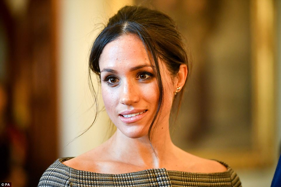 484793A700000578-5283675-Pictured_Miss_Markle_chats_with_people_inside_the_Drawing_Room_d-a-6_1516306036317
